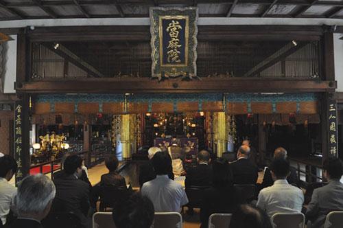 天性寺での法要に集結した多くの所員とOB