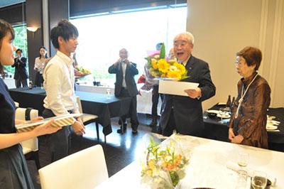 三輪名誉会長の米寿の祝い贈呈