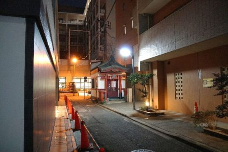 マンションに囲まれた路地に佇む神社