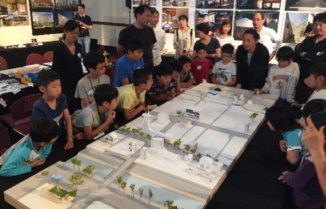 家や街並みの模型を作るワークショップの様子