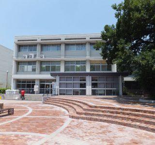 改修前の学生会館南面外観 手前はレンガ広場、写真右側の樹林地内には古墳がある。レンガ広場は、鍋屋上野浄水場で100年以上使用されていた古レンガを再利用。