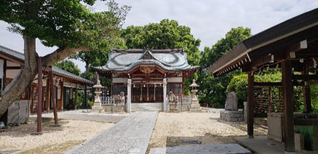 伊居太神社と伊居太古墳:尼崎市では最大規模の前方後円墳であったが、社殿地築造のため墳丘は石なわれていて、手水舎の奥に古墳の面影は垣間見える