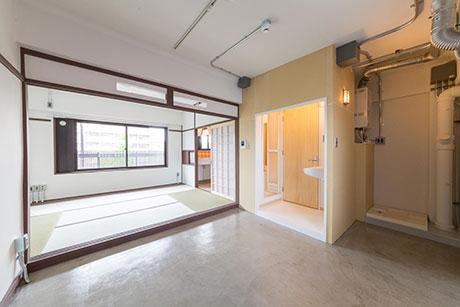 面影率50%住戸。古い要素を残しながら新たに土間や風呂、トイレ等を整備している。