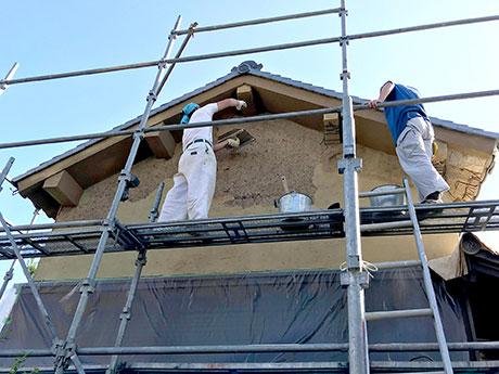 壁と軒裏の修理の様子