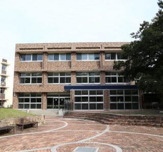 リニューアル後の学生会館南面外観:外壁改修のタイル張りは、外壁材の落下を防止するピンネット工法を採用