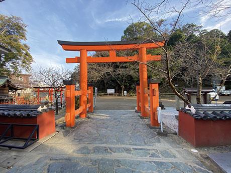 (3)拝殿前の既存鳥居(袖柱の付いた木製鳥居)と既存の青石乱張り舗装