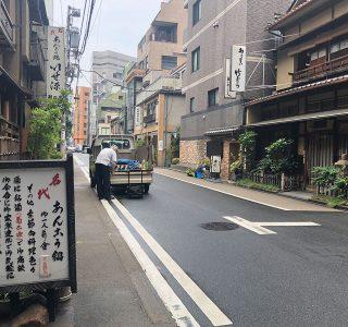 須田町のいせ源と竹むら:のこぎりで氷を切るおじさん