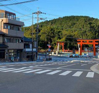 御薗橋から見る「大鳥居」と「一の鳥居」、その背景に見える神山の緑