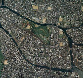 徳島市の中心市街地は川に囲まれひょうたんの形をしています(国土地理院 空中写真)